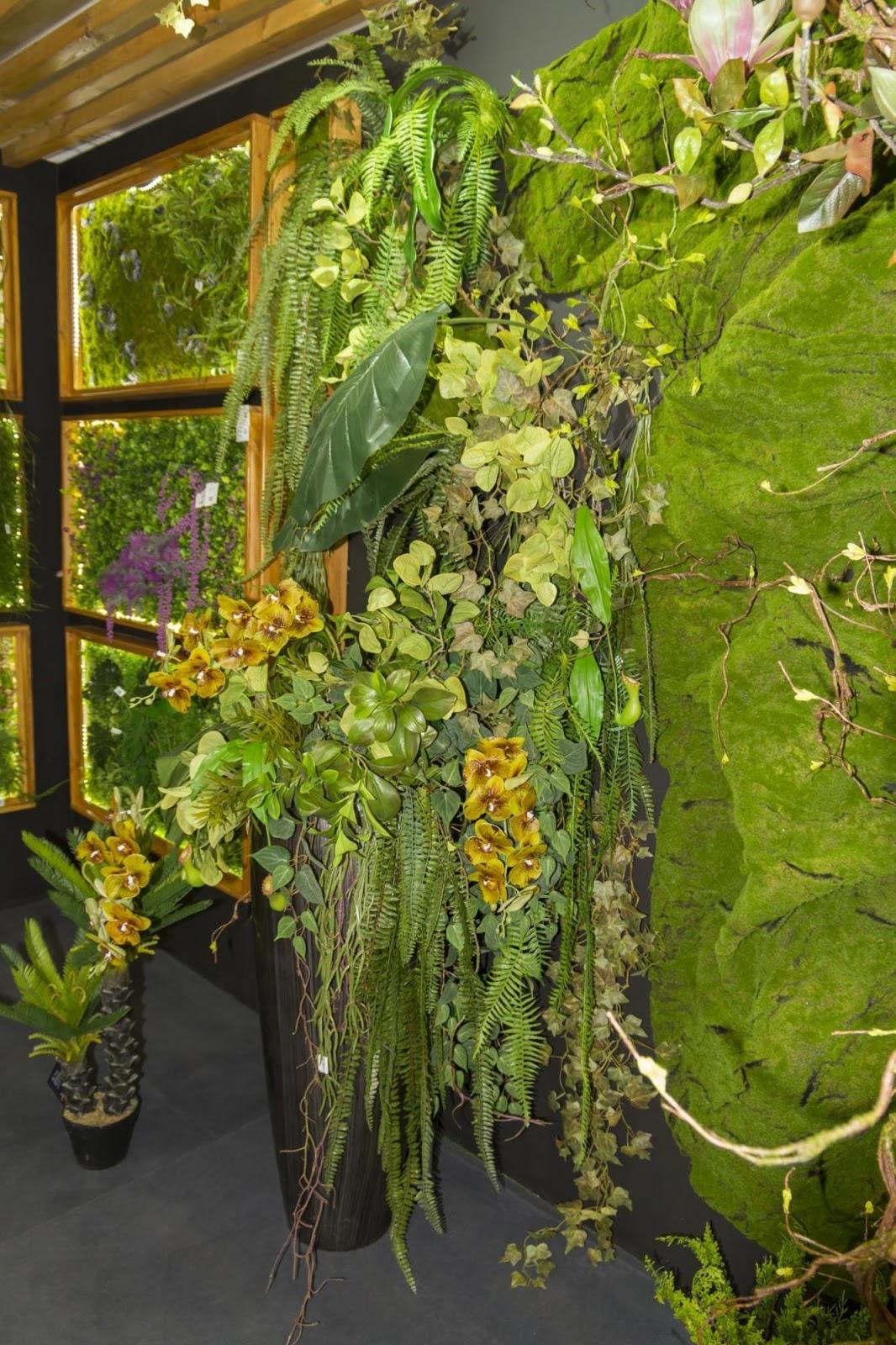 dekoracyjna ściana ze sztucznymi kwiatami od Bomm