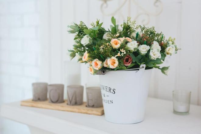 Sztuczne kompozycje kwiatowe do domu - zainspiruj się i zrób je sam!