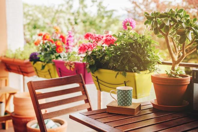 Sztuczne kwiaty na balkon - modnie i praktycznie