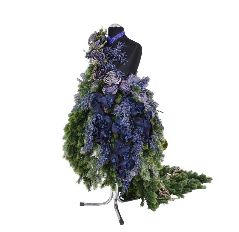 zielona aranżacja wystawiennicza z kwiatów sztucznych