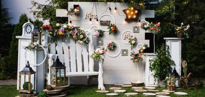 sztuczne kwiaty w aranżacji ślubnej