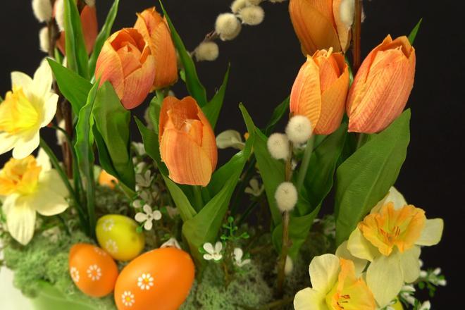 Wielkanocna dekoracja ze sztucznych tulipanów